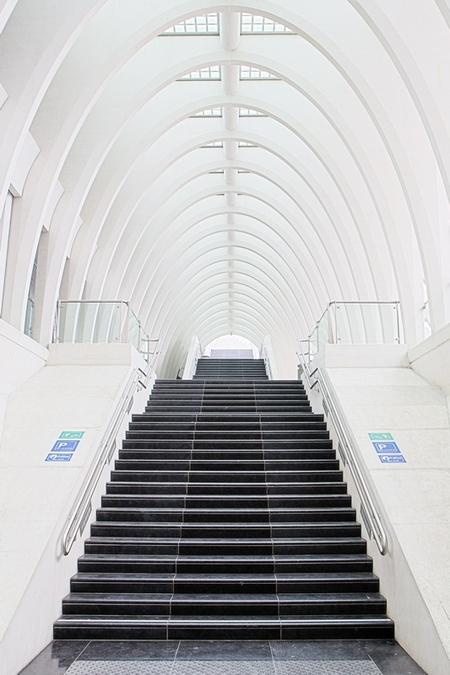 Repeating Pattern - Foto genomen in station Guillemins in Luik. - foto door fotojoel op 21-04-2013 - deze foto bevat: architectuur, herhaling, highkey, guillemins