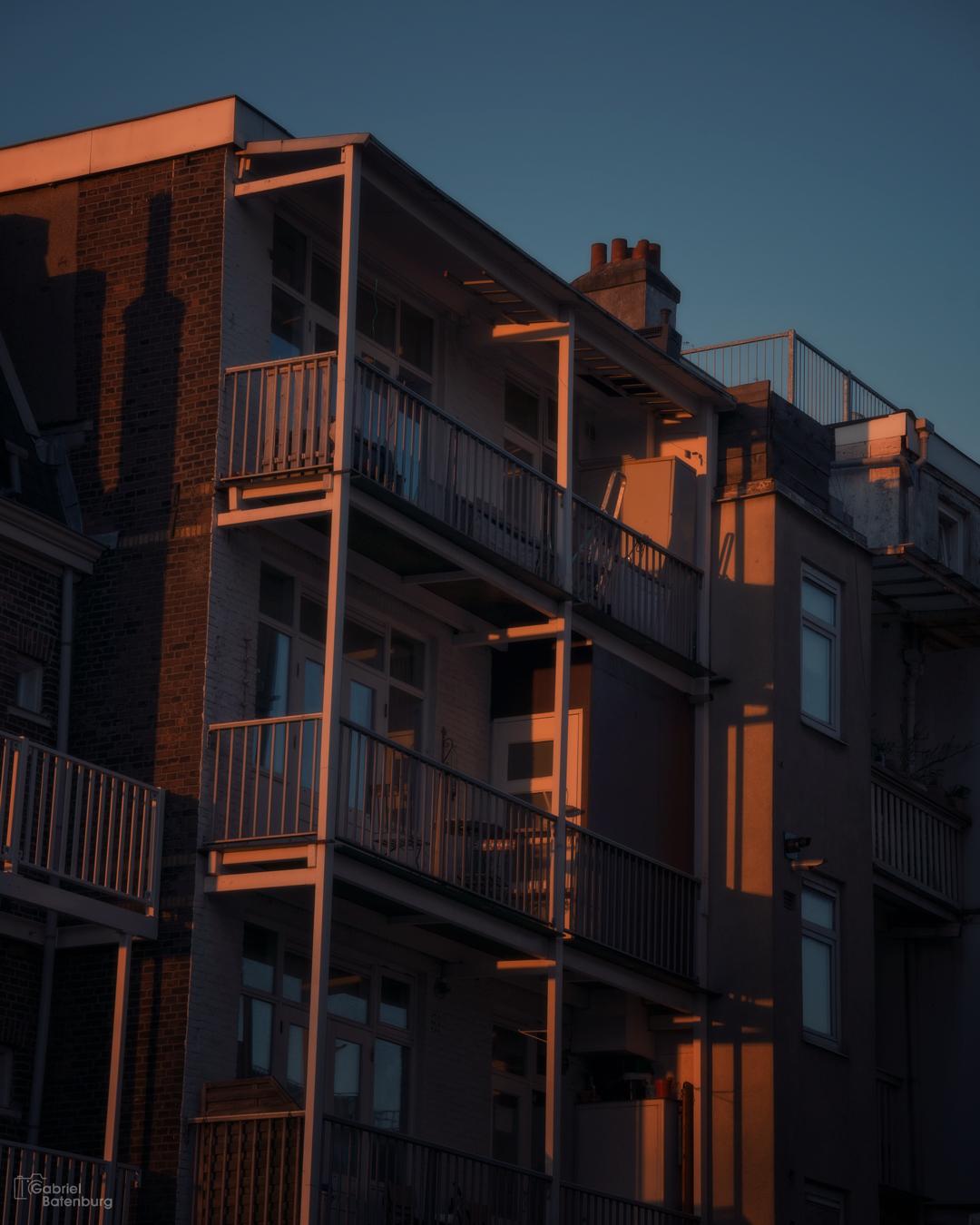 Zonsondergang in Amsterdam - De balkons van het laatste licht. - foto door gabriel-batenburg1969 op 12-04-2021 - locatie: Amsterdam, Nederland - deze foto bevat: #amsterdam, #zonsondergang, #avondlicht, gebouw, lucht, torenblok, stedelijk ontwerp, condominium, armatuur, venster, samengesteld materiaal, woongebied, facade