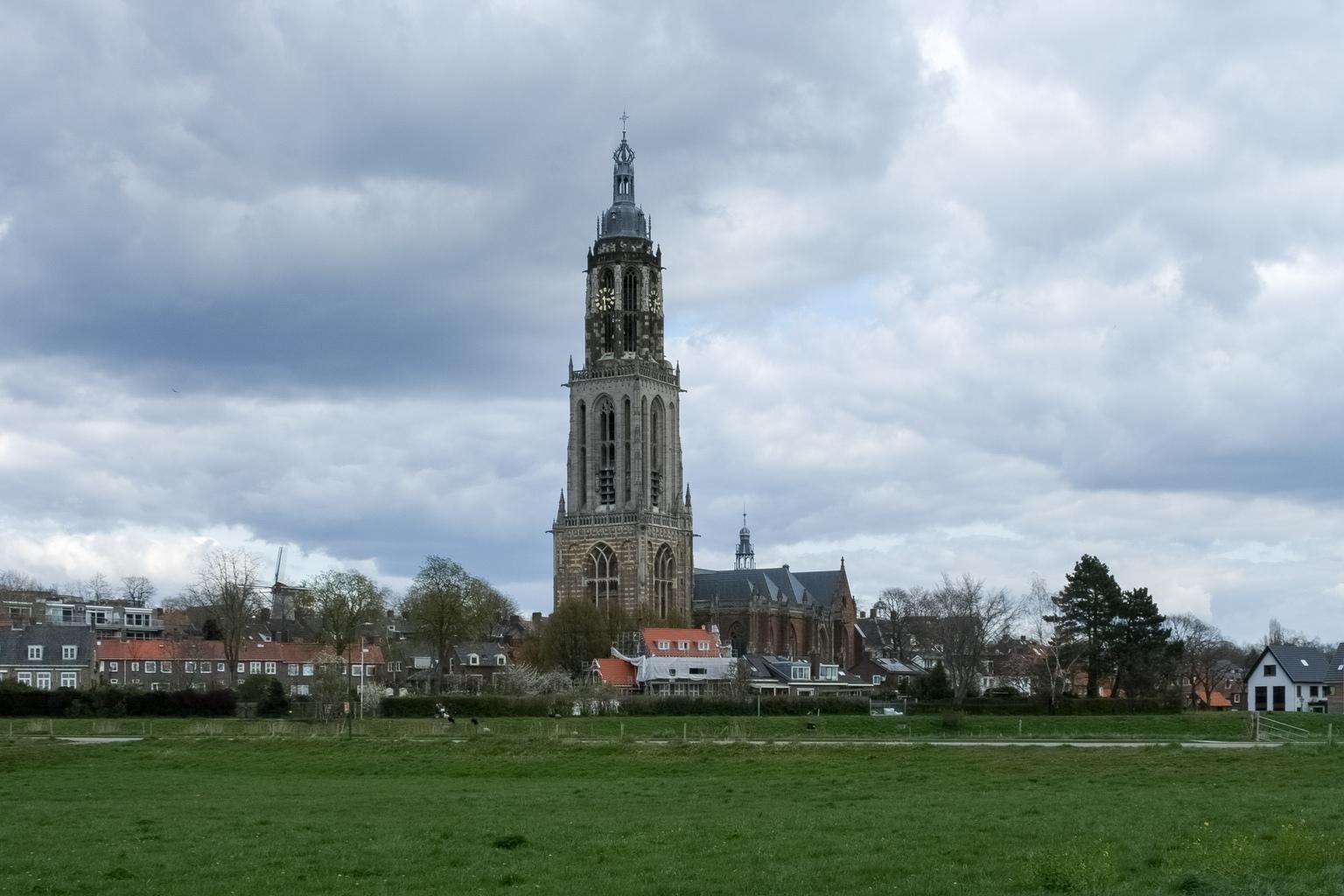 Kerk in Rhenen - Kerk in Rhenen - foto door Judith van de Vecht op 15-04-2021 - locatie: Rhenen, Nederland - deze foto bevat: wolk, lucht, gebouw, fabriek, toren, boom, wolkenkrabber, stad, gras, torenblok