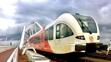 trein bij spoorbrug