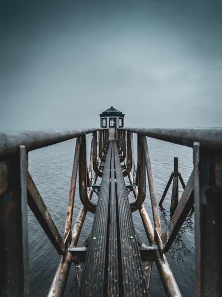 Lauwersmeer  - Lauwersmeer - foto door TdeLeede op 15-04-2021 - locatie: Lauwersmeer, 9976 VT Nederland - deze foto bevat: vuurtoren, meer, wolken, dramatisch, water, lucht, hout, wolk, meer, horizon, symmetrie, alhoewel, landschap, brug