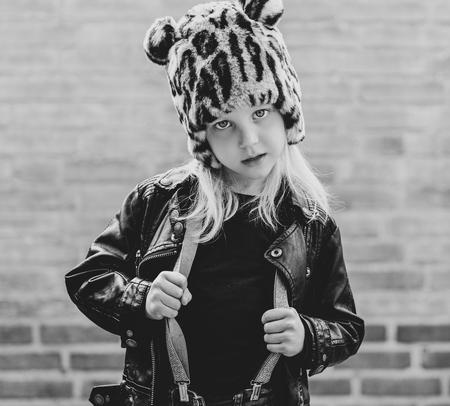 Big girl - Deze stoere meid met haar prachtige ogen betoverd iedereen met haar blik.  - foto door rosakluytmans op 05-05-2021 - locatie: Kerkendijk 42, 5482 KH Schijndel, Nederland - deze foto bevat: ogen, barts, muts, meisje, kleine meid, little girl, eyes, zwartwit, blackandwhite, kind, stoer, hoofd, fotograaf, wit, zwart, straatmode, flitsfotografie, gelukkig, zwart en wit, gebaar, stijl