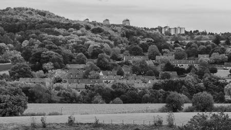 Heuvellandschap - Uiyzicht - foto door capture1 op 11-04-2021 - deze foto bevat: fabriek, lucht, wolk, plant gemeenschap, ecoregio, natuurlijk landschap, natuur, zwart, blad, zwart en wit