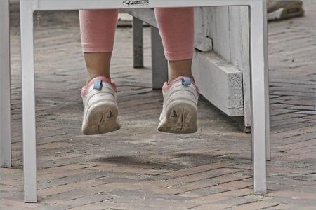 nog te klein......................... - voor de grote mensenwereld...... - foto door alizoom op 16-04-2021 - deze foto bevat: schoenen, gezamenlijk, jeans, schoen, been, wit, hout, straatmode, jurk, menselijk lichaam