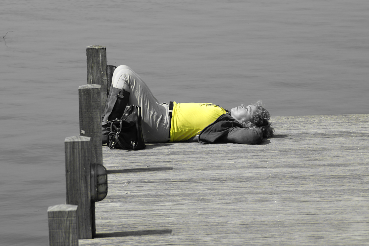 ssssst - Tussen de middag na een inspannende cursus - foto door Erik-54 op 16-04-2021 - locatie: Veluwemeer, Nederland - deze foto bevat: b&w, zwart / wit, slapen, rust, steiger, meer, water, gewervelde, been, grijs, hout, knie, meer, bank, menselijk been, vrije tijd
