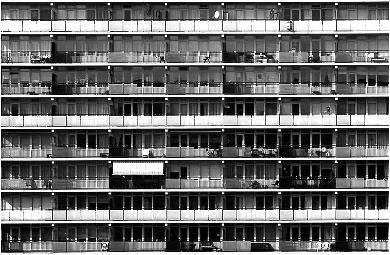 Ritme - Altijd leuk als een bepaald ritme wordt doorbroken. In dit geval door een zonnescherm. - foto door fotohela op 05-05-2021 - locatie: Alphen aan den Rijn, Nederland - deze foto bevat: flat, flatgebouw, ritme, zonnescherm, balkons, gebouw, rechthoek, venster, torenblok, stedelijk ontwerp, condominium, woongebied, materiële eigenschap, facade, samengesteld materiaal