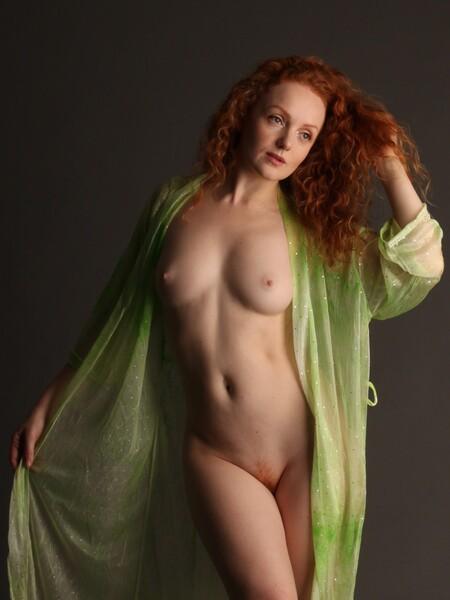 Ivory Flame - Model: Ivory Flame - foto door MathieuMagne op 04-05-2021 - deze foto bevat: naakt, studio, vrouw, model, roodharige, haar, hoofd, arm, schouder, nek, menselijk lichaam, taille, dij, badkleding, flitsfotografie