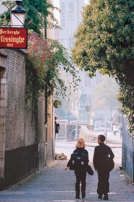 Forgotten People - Een doorkijkje in Brugge gr.Rob  Muziek moet ik even uitvogelen want de link werkt niet meer - foto door RobNagelhout op 07-04-2021 - locatie: Brugge, België - deze foto bevat: straatfotografie, mensen, kleur, zomer, brugge, belgië, compositie, fotograaf, gebouw, fabriek, wit, licht, infrastructuur, boom, weg oppervlak, afdeling, verlichting