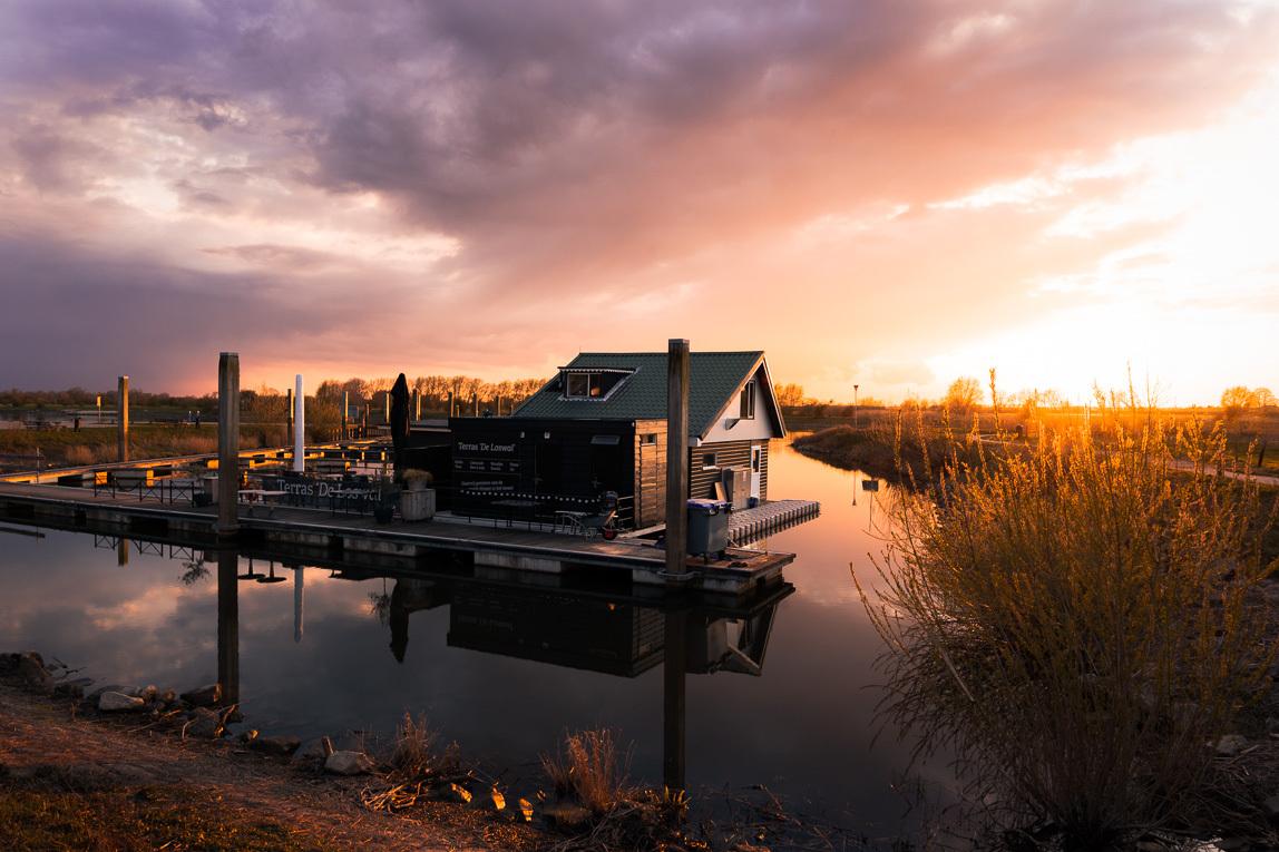 Zonsondergang de IJssel - Eindelijk weer eens een goeie zonsondergang meegemaakt in Overijssel - foto door nboerkamp op 15-04-2021 - locatie: 8131 Wijhe, Nederland - deze foto bevat: ijssel, water, reflectie, zonsondergang, oranje, lucht, paars, rivier, wolk, water, lucht, atmosfeer, nagloeien, fabriek, natuurlijk landschap, rode lucht 's ochtends, gebouw, zonsondergang