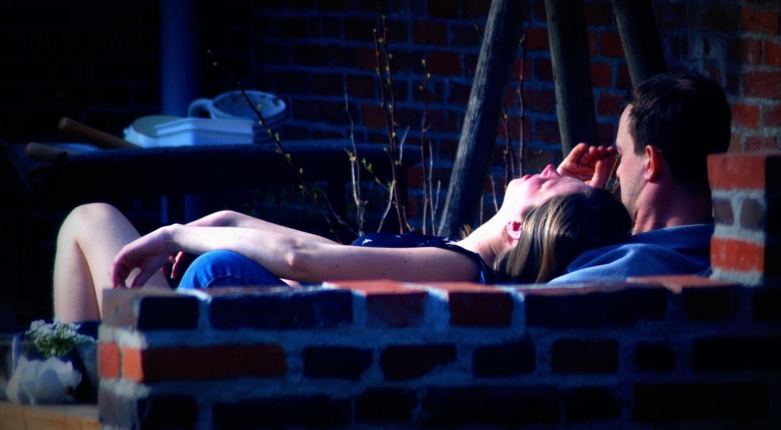 Ook 40 weken - Ze moest er even bij liggen, hij is haar steun. - foto door jan.pijper op 11-04-2021 - deze foto bevat: been, purper, flitsfotografie, vermaak, uitvoerende kunst, vrije tijd, elektrisch blauw, elleboog, menselijk been, evenement
