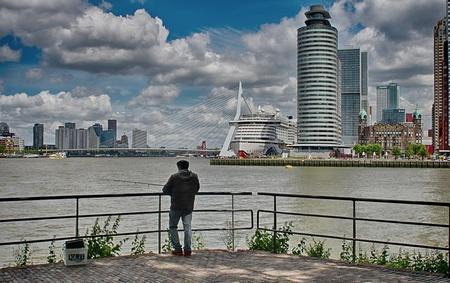Rotterdam vanaf Katendrecht - Een prachtig plekje om te vissen, maar deze visser is dit waarschijnlijk gewend en let alleen op zijn hengel. - foto door kjong op 08-06-2019 - deze foto bevat: rotterdam, erasmusbrug, visser, katendrecht, cruisschip