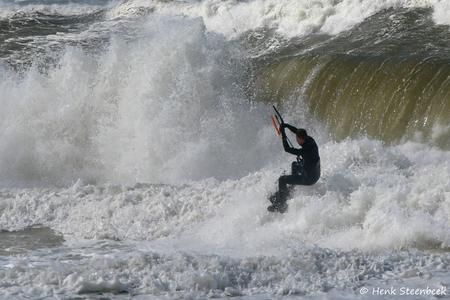 Kitesurfer gaat op enorme golf af - Het is nog wel even wennen op de nieuwe zoom. Maar eens uitproberen of de upload werkt. Deze foto hoort nog bij de vorige foto van de kitesurfer. Dit - foto door HenkSt op 07-04-2021 - locatie: Texel, Nederland - deze foto bevat: surfer, kitesurfer, branding, texel, golf, water, outdoor recreatie, windgolf, recreatie, sport, wind, lucht, surfen, sportuitrusting, vrije tijd