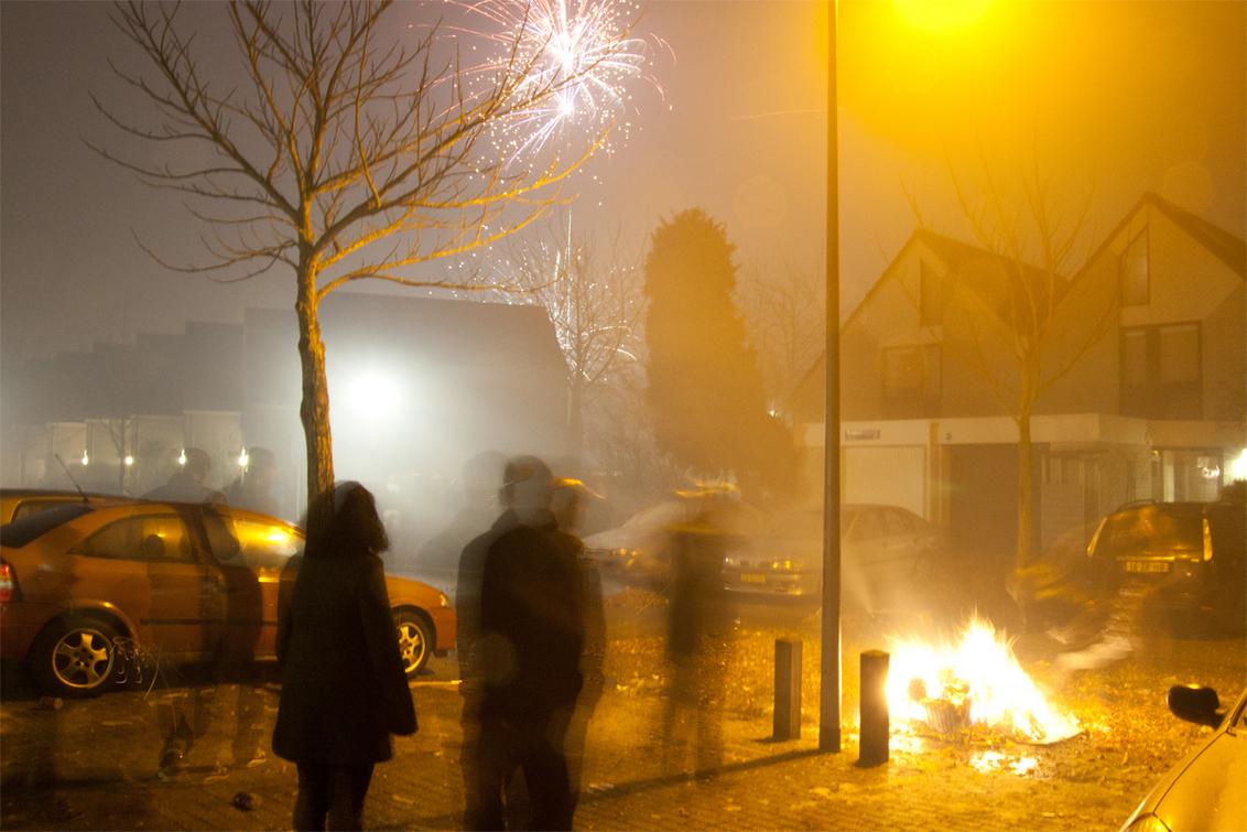 Nieuwjaar - Sfeerplaatje van oud en nieuw bij mij in de straat. De jongens maken een vuurtje, pijlen die op de achtergrond nog de lucht ingaan ... - foto door chemiu op 04-01-2011 - deze foto bevat: nieuwjaar, vuurwerk