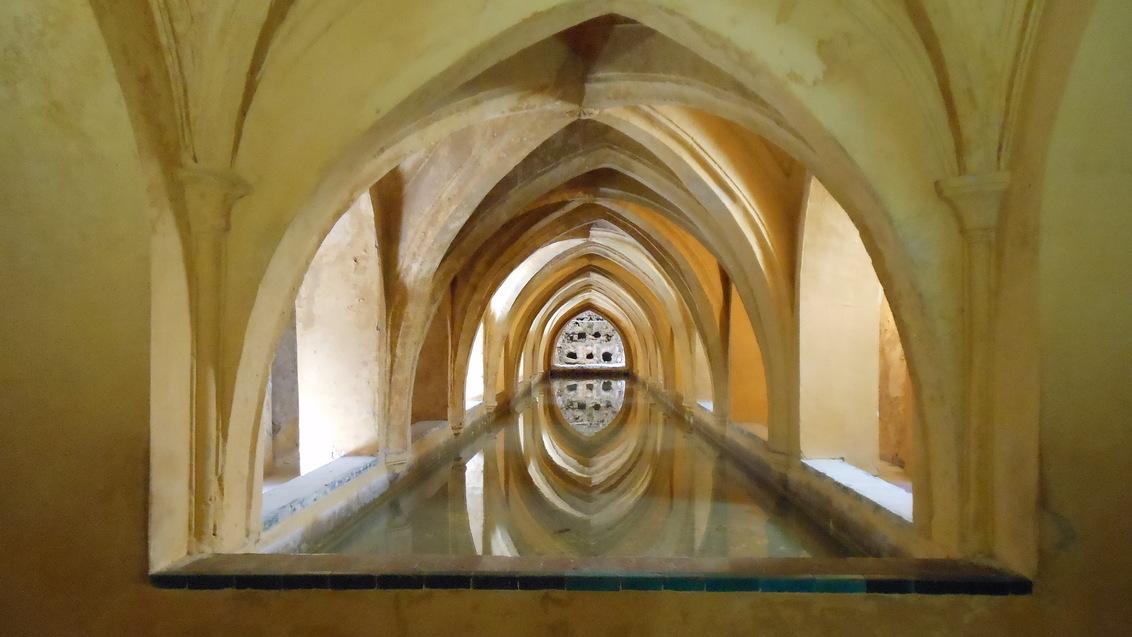 Sevilla Kon. Paleis DSCN1518 - Sevilla Koninklijk Paleis. In een ondergrondse ruimte is dit waterbassin. Het licht komt van boven (naast het bassin).  De foto is gegarandeerd op  - foto door PetervanBrunschot op 03-03-2021