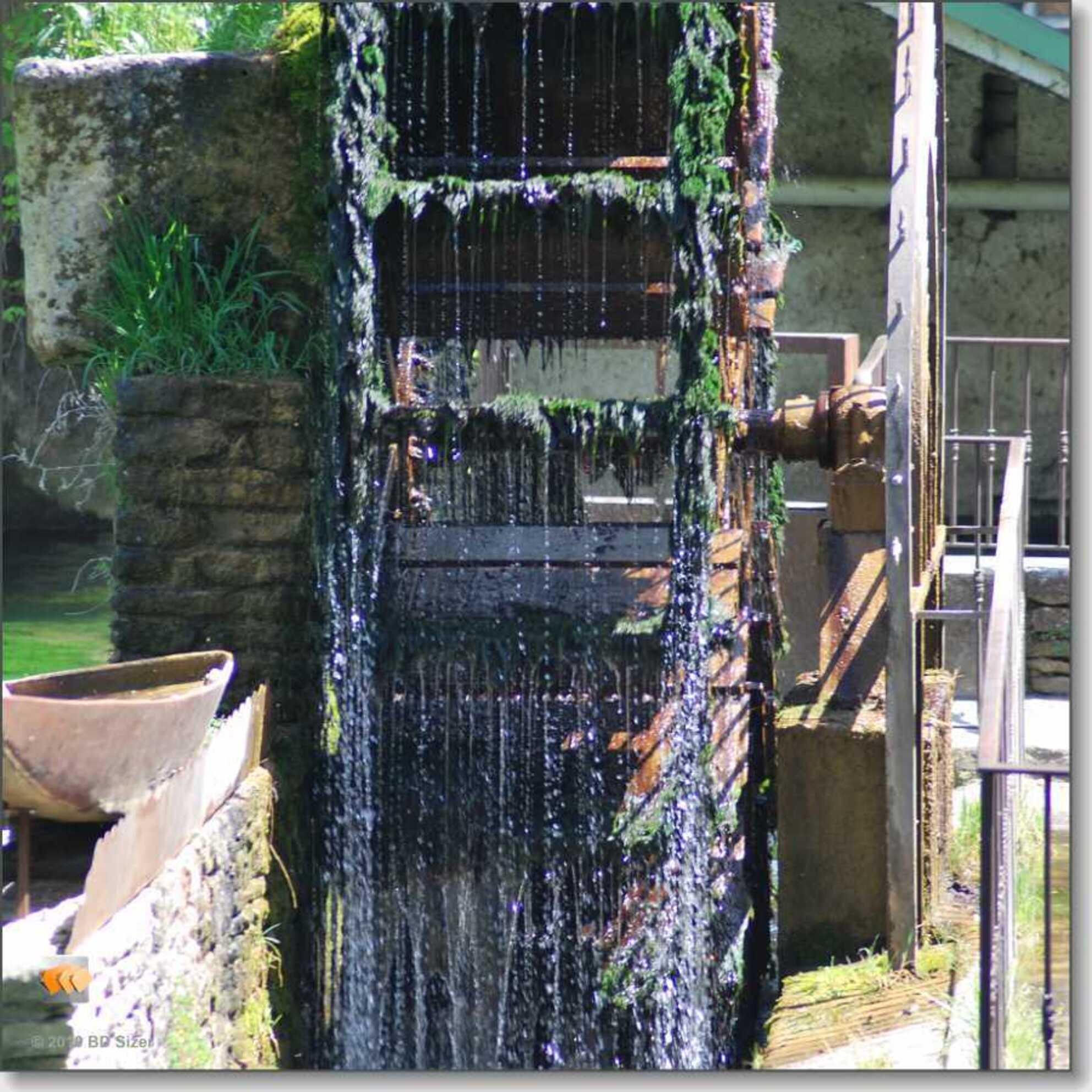De watermolen milieuvriendelijke energie - Deze watermolen is de aandrijving van een papierfabriekje in Fontaine de Vaucluse - foto door ludovicvandensande op 27-03-2011 - deze foto bevat: energie, zuivere