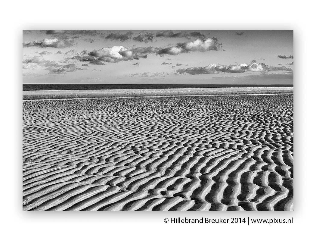 Structures - Het strand bij de Cocksdorp op Texel geeft als het eb is prachtige structuren in het zand.  Om de nadruk op vorm, structuur en lijnen te leggen heb - foto door Hillebrand op 11-01-2014 - deze foto bevat: strand, zee, structuur, texel, zand, vorm, zwartwit, wadden, eiland, lijn, cocksdorp, hillebrand, breuker, pixus, Zwart/Wit, www.pixus.nl