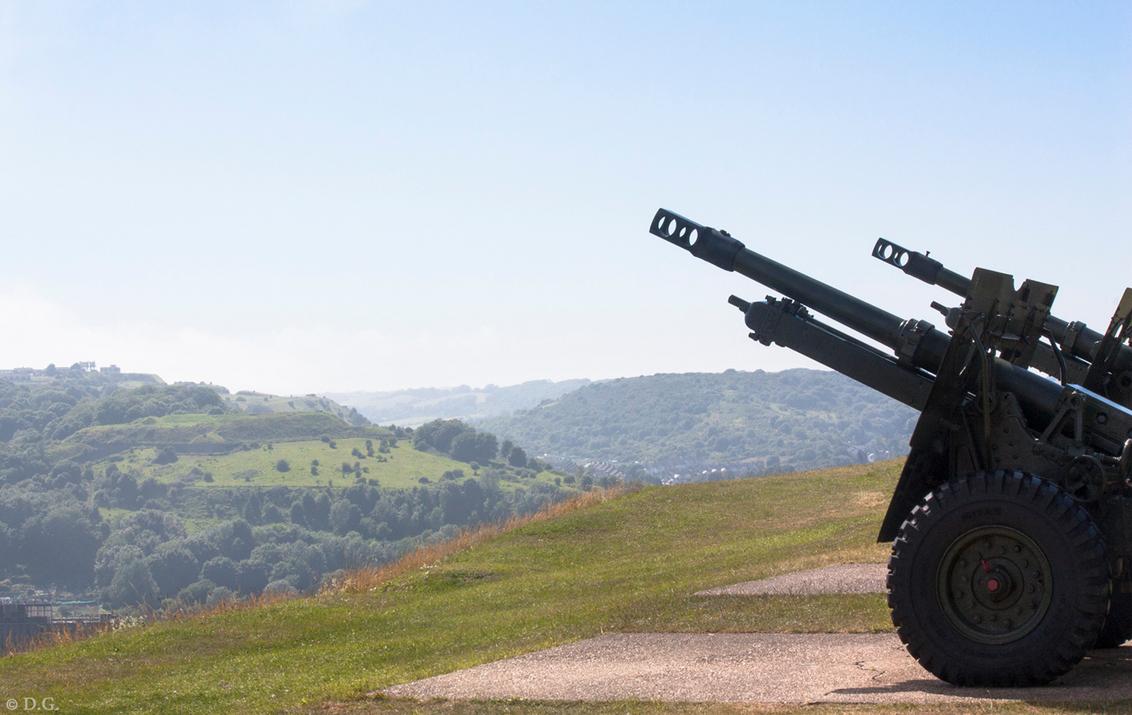 South England 3 - Juli 2013, mijn eerste vakantie in Engeland. Foto nummer 3 uit mijn serie 'South England'.  Het weidse uitzicht vanaf de heuvel van Dover Castle. - foto door daniel44 op 16-09-2013 - deze foto bevat: uitzicht, kasteel, landschap, engeland, kanon, castle, dover