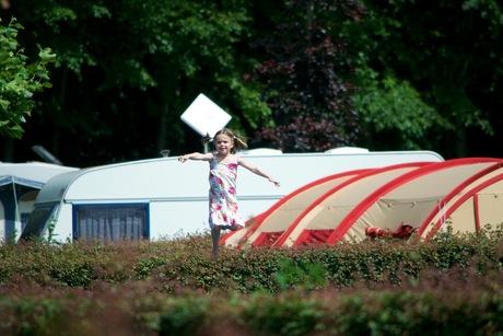 Onze dochter die aan het trampoline springen is.