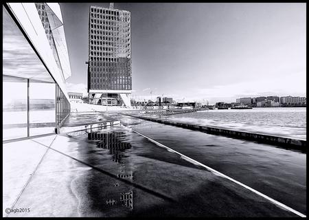 Amsterdam in black and white. - Kijkje op het IJ. - foto door dutchal op 05-02-2015 - deze foto bevat: amsterdam, water, architectuur, reflectie, eye, zwartwit, IJ., shelltoren.