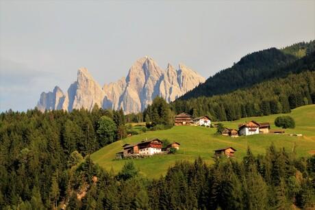 Geislerspitzen boven de almen van het Villnosstal in Zuid Tirol