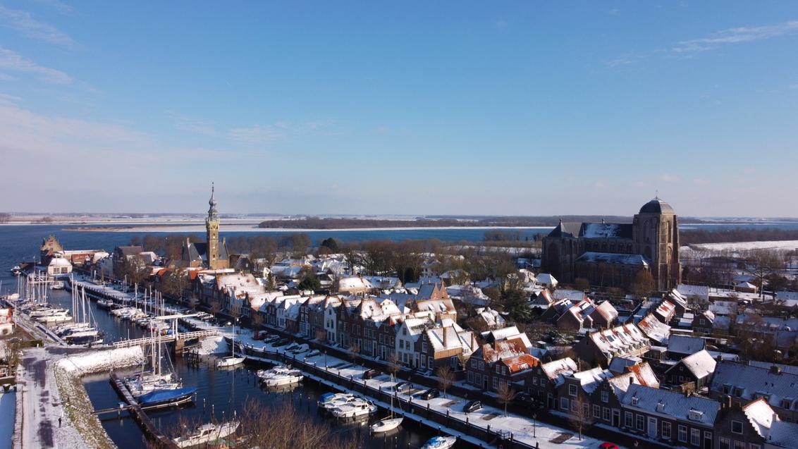 Winters Veere - Deze foto is gemaakt op een winterse dag in Veere tijdens de coronacrisis. - foto door MatthijsGeuze op 15-02-2021 - deze foto bevat: sneeuw, winter, ijs, boten, haven, zeeland, dom, walcheren, veere, gemeenthuis