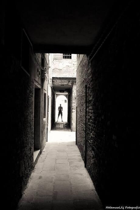 Lopen in een steegje in Venetië