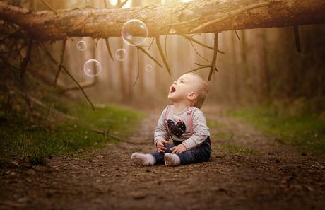Mijn kleine meid lekker in het bos