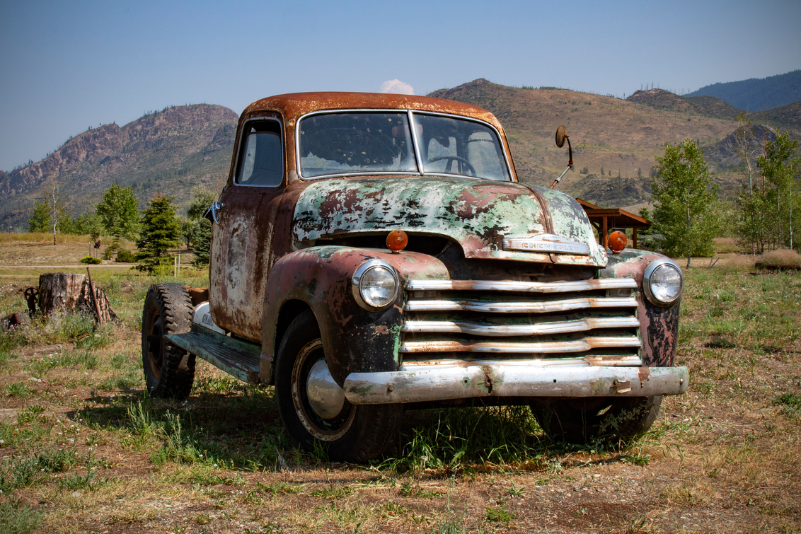 1951 3/4 ton truck Chevy - Deze 3/4 truck van Chevrolet uit 1951 kwamen we tegen langs de kant van de weg in Canada in augustus 2018. - foto door twotone op 28-01-2019 - deze foto bevat: lucht, roest, natuur, reizen, landschap, canada, zomer, bergen, chevy, straatfotografie, rust, chevrolet, toerisme, reisfotografie, abandoned, roestig, rusty, pickup, roadtrip, 2018, campertour, abandoned cars, pickup truck