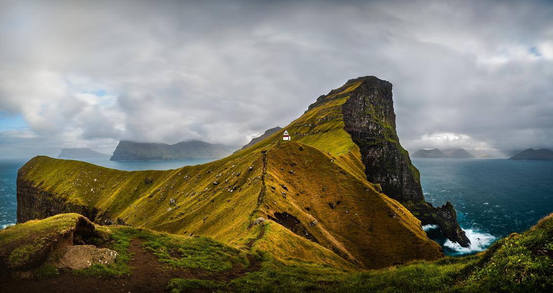 Kallur Lighthouse - Panorama van 9 foto's van de Kallur vuurtoren op het eiland Kalsoy op de Faröer Eilanden. - foto door jd1987 op 11-10-2019 - deze foto bevat: wolken, water, panorama, natuur, licht, vakantie, landschap, bergen, lange sluitertijd