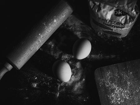 bakken - een klein project. - foto door BrittSpee op 03-03-2021 - deze foto bevat: donker, abstract, licht, schaduw, stilleven, ei, zwartwit, contrast, eieren, details, bakken, meel