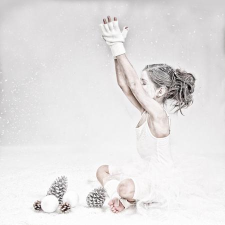 """Sneeuwman Britt - Sneeuwvlokjes dwarrelen in de het rond en vallen heel zachtjes op de grond...  Bij ieder vlokje die valt ..heb ik een wens.. """"Een wereld vol lief - foto door jackyduck op 09-12-2013 - deze foto bevat: wit, kerst, winter, appel, kind, kinderen"""
