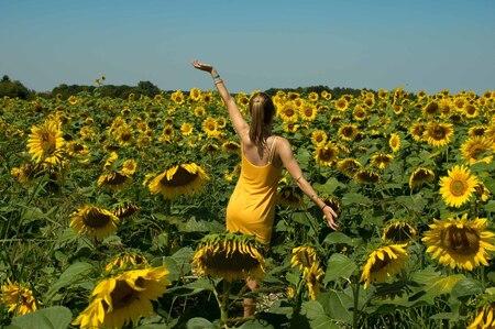 zonnebloem - mijn dochter happy tussen de zonnebloemen in Dordogne, Frankrijk. Haar jurkje was bijpassend van kleur! - foto door Ellensnoek op 30-08-2017 - deze foto bevat: zon, natuur, geel, vakantie, frankrijk, reizen, zomer, zonnebloemen, dansen, wandelen, veld, jurk, blij, tiener