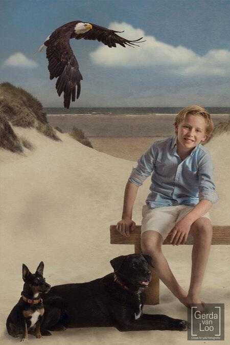 inheritance part 4 - serie speciale kinderportretten gemaakt naar de wensen van de ouders en elk kind heeft zijn/haar favoriete dieren op de foto staan deel 4 van 4 - foto door close.to.yoU.fotografie op 14-04-2021 - deze foto bevat: hond, lucht, vogel, gewervelde, wolk, glimlach, korte broek, zoogdier, carnivoor, fawn