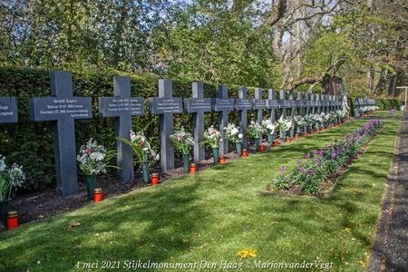 4 mei 2021 - Herdenken bij het Stijkelmonument, tussen de buien door in Den Haag. Toen we de begraafplaats opliepen, brak de zon door....  Hartelijk dank voor de  - foto door MarjonvanderVegt1967 op 04-05-2021 - locatie: Wijndaelersingel 3-5, 2553 AC Den Haag, Nederland - deze foto bevat: fabriek, bloem, boom, begraafplaats, gras, struik, bodembedekker, hek, graf, landelijk gebied