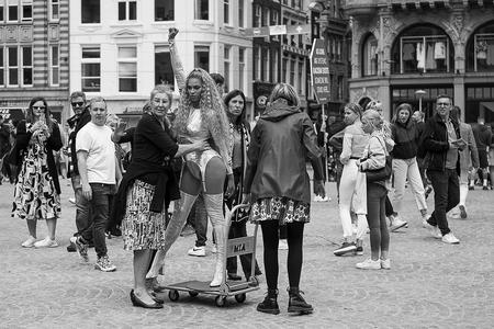 Beyonce on the move - - - foto door karindevries57 op 07-07-2020 - deze foto bevat: vrouw, mensen, amsterdam, straat, stad, zwartwit, plein, straatfotografie, centrum, 35mm, beyonce, nikon z6
