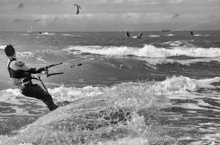 De kracht van de zee trotseren zw-w - - - foto door Canard op 17-08-2017