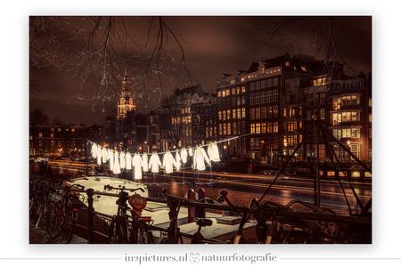 Amsterdam by night - Het Amsterdam Light Festival is bijna afgelopen. Afgelopen zaterdagavond ben ik met een paar meiden de stad in gegaan om een deel van de route te lop - foto door in2picturesnature op 21-01-2020 - deze foto bevat: amsterdam, boot, avond, landschap, kanaal, stadsgezicht, nachtfotografie, hdr, stadslandschap, avondfotografie, waslijn, stadsfotografie, lange sluitertijd, Hdr fotografie, Amsterdam Light Festival