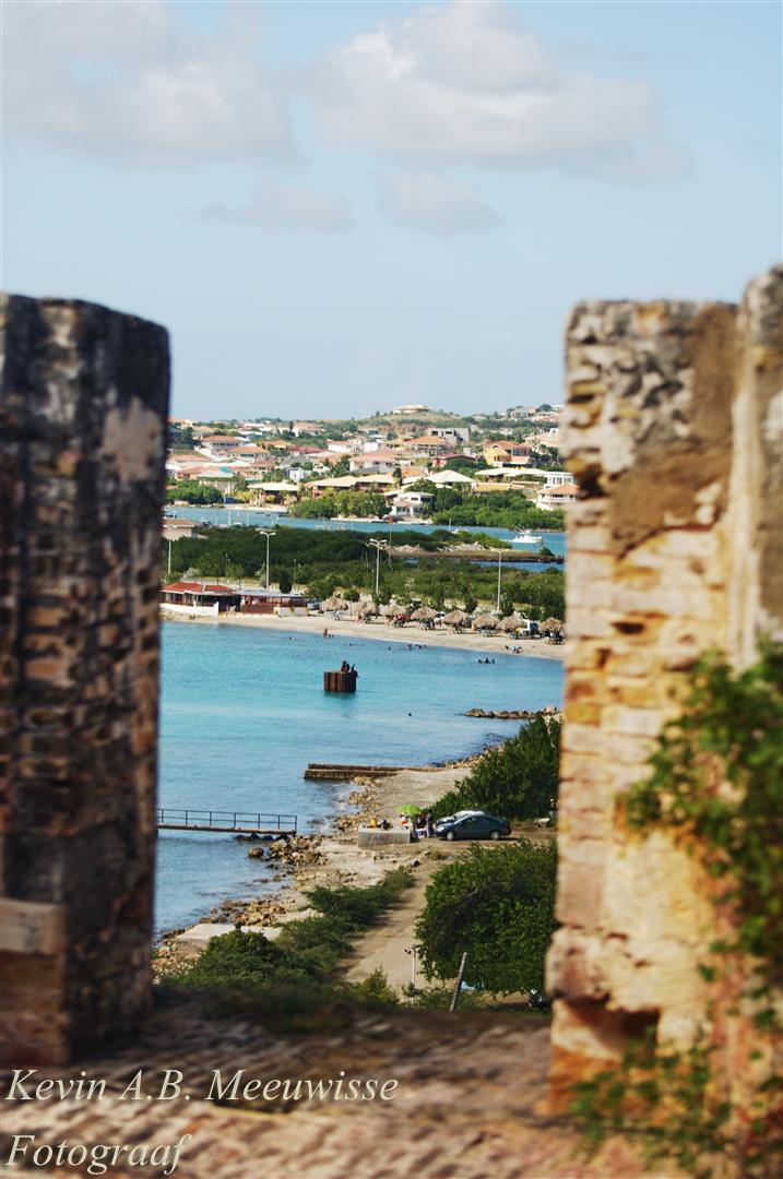 @ old Fort - van uit het bovenste puntje van het fort een door het fort van een prachtige blauwe zee met een leuke kuststrook. - foto door kmeeuwisse op 26-01-2012 - deze foto bevat: oud, lucht, blauw, zon, strand, zee, old, water, sea, nature, natuur, hoog, high, sun, gebouw, fort, kust, beach, build, curacao, sky, kustlijn, kuststrook, gebouwd, tropen, onbewoond, raming