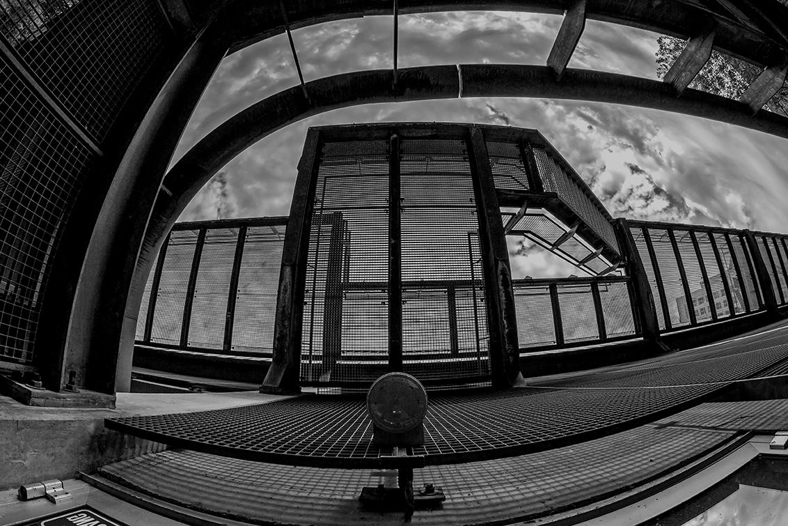 Stadion FC Utrecht - Onderaanzicht trappen en oprit stadion. - foto door nak-kos op 11-04-2021 - deze foto bevat: zwart-wit, utrecht, architectuur, wolken, fisheye, fotograaf, licht, zwart, armatuur, zwart en wit, stijl, lijn, symmetrie, monochroom, monochrome fotografie
