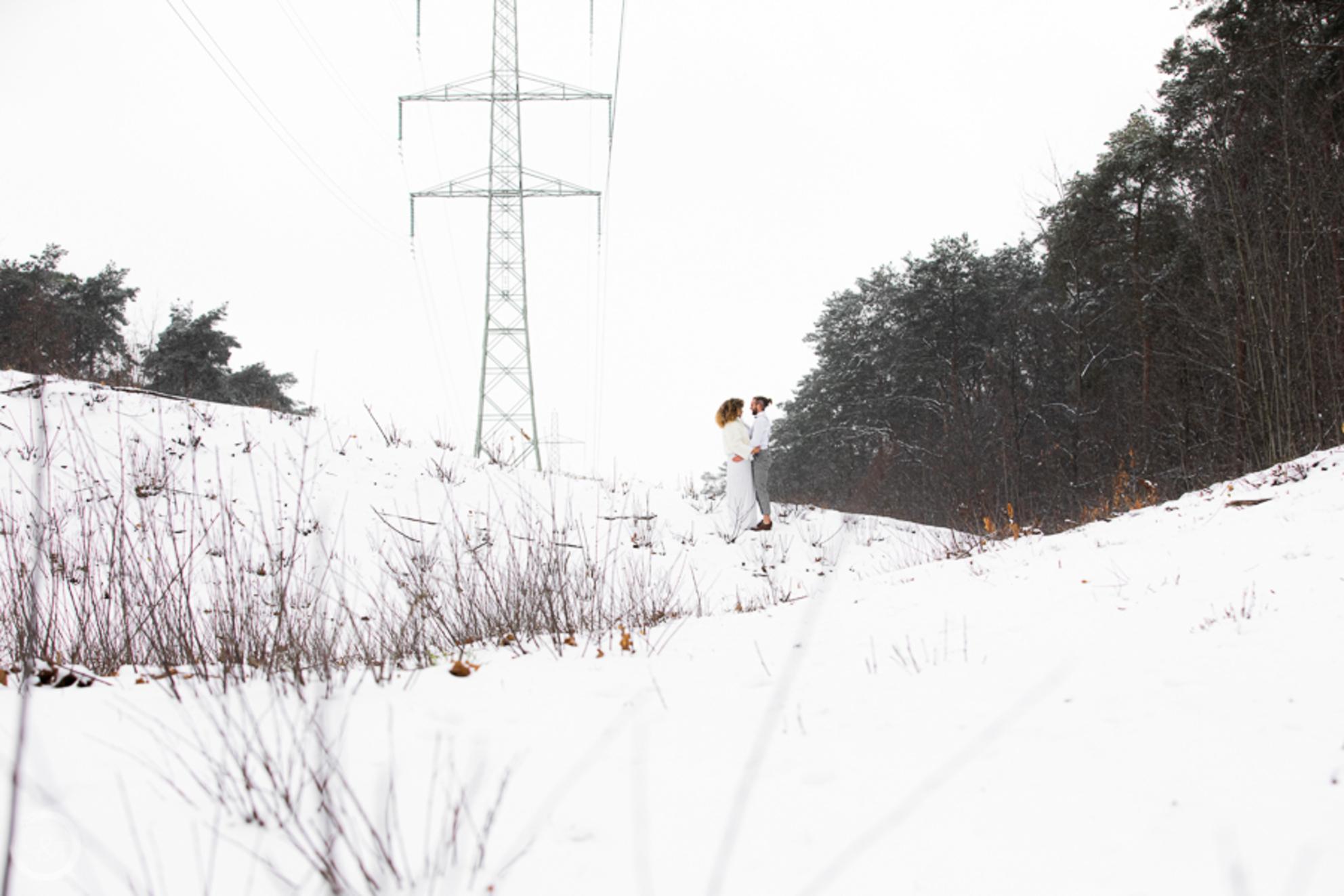 Liefde - Als liefde en landschap samenkomen. - foto door CreateTrends op 23-02-2021 - deze foto bevat: mensen, wit, trouwen, licht, sneeuw, liefde, bergen, electriciteit, dag, koppel, langschap - Deze foto mag gebruikt worden in een Zoom.nl publicatie