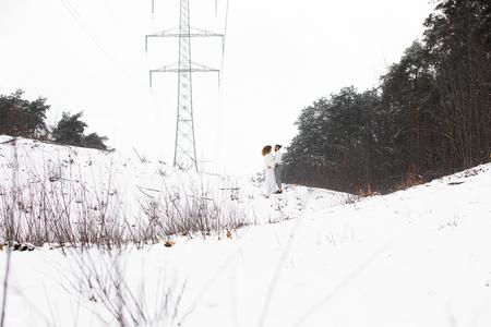 Liefde - Als liefde en landschap samenkomen. - foto door CreateTrends op 23-02-2021 - deze foto bevat: mensen, wit, trouwen, licht, sneeuw, liefde, bergen, electriciteit, dag, koppel, langschap
