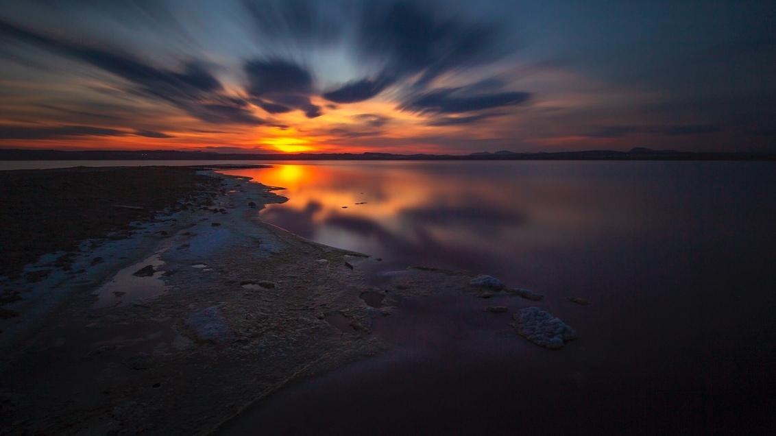 Salinas de Torrevieja - De Zoutmeren in Torrevieja. Een prachtige fotolocatie die altijd weer anders is.... Deze keer aan de slag met een lange sluitertijd. - foto door HenkPijnappels op 11-03-2019 - deze foto bevat: lucht, wolken, zon, water, natuur, licht, zonsondergang, spiegeling, landschap, tegenlicht, kust, zoutmeren, lange sluitertijd