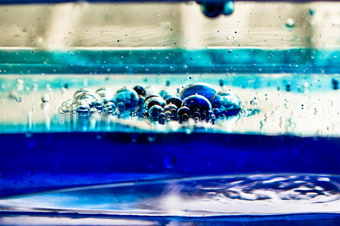 """Kliederen met water en olie - Op een doordeweekse avond gaan """"spelen"""" met Olie en Water met dit als resultaat. Aan de hand van het spelen wordt nu een serieuze sessie gepland om w - foto door mrdeek op 15-02-2012 - deze foto bevat: water, bellen, bel, olie"""