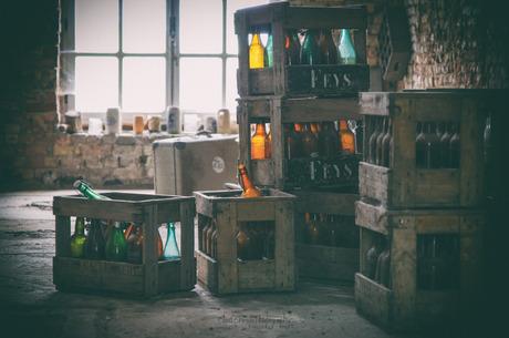 Kleurrijke flessen in kratjes