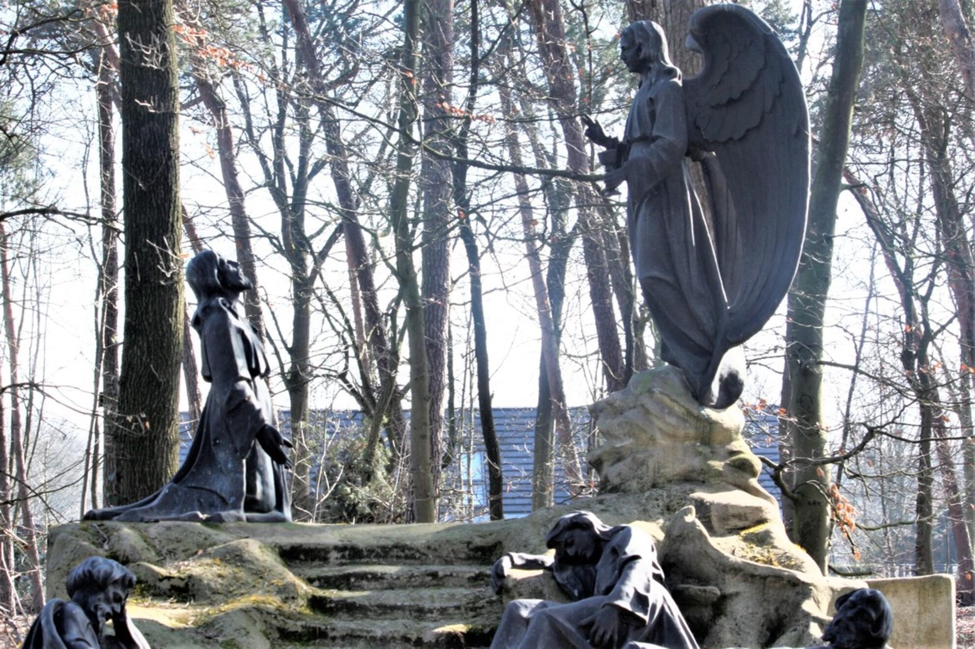 another 1 clear conversation - - - foto door sweetnic86 op 28-02-2021 - deze foto bevat: architectuur, kerkhof, cultuur - Deze foto mag gebruikt worden in een Zoom.nl publicatie