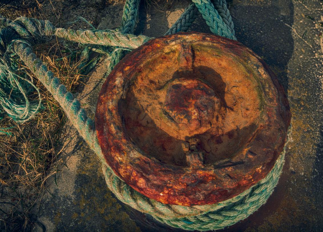 Still going strong - Deze bolder lijkt oud en roestig, maar houdt de schepen  nog prima vast - foto door PeterKosterHT op 28-03-2021 - deze foto bevat: water, licht, boot, touw, landschap, tegenlicht, haven, bolder, hdr, scheepstouw, bolders