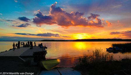 Zweden - - - foto door MvDoNGe op 03-06-2014 - deze foto bevat: water, natuur, geel, avond, zonsondergang, landschap, silhouet, meer, bootje, steiger, zweden