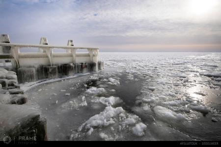IJzig IJsselmeer - Siberische omstandigheden aan de Afsluitdijk - foto door framefotografie op 02-03-2018 - deze foto bevat: lucht, wolken, water, dijk, natuur, licht, sneeuw, winter, ijs, spiegeling, landschap, tegenlicht, meer, haven, pier, brug, kust, steiger