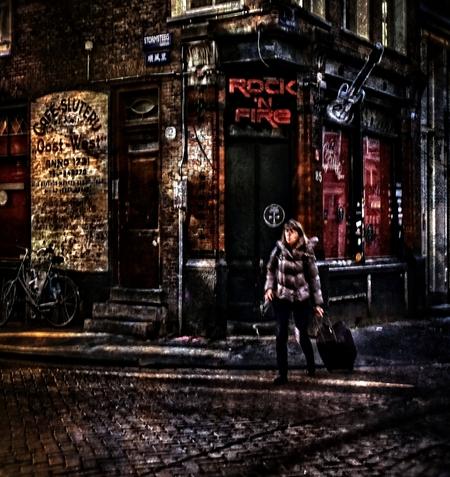 the last trolley, leaves town, somewhere on a wall a guitar dies - groot zien aub  afgelopen dinsdag verlaat de laatste rolkoffer ameterdam - foto door c.buitendijk53 op 04-03-2021 - deze foto bevat: oud, cafe, amsterdam, kleur, straat, gitaar, muziek, kroeg, straatfotografie, De Wallen, neil young, covid, rock in fire, toeristen  het weren van toeristen in amsterdam