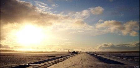 Zonsondergang op Noordpolderzijl - Kijken over de dijk, rechts de kwelder en links de Noordpolder richting het westen. - foto door Vissernpz op 08-03-2021 - deze foto bevat: wolken, zee, dijk, licht, avond, zonsondergang, landschap, haven, kust, polder, noordpolderzijl